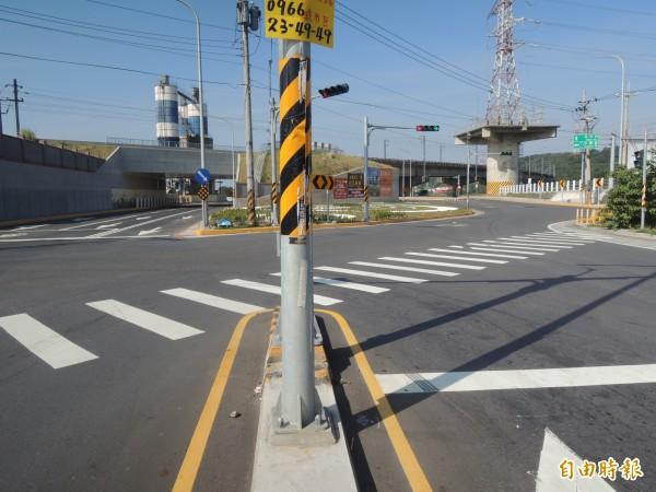 新竹縣政府表示,竹北市外環道新闢道路為避開與鐵路路堤衝突,讓穿越鐵路段道路,採東西線分離佈設。(記者廖雪茹攝)