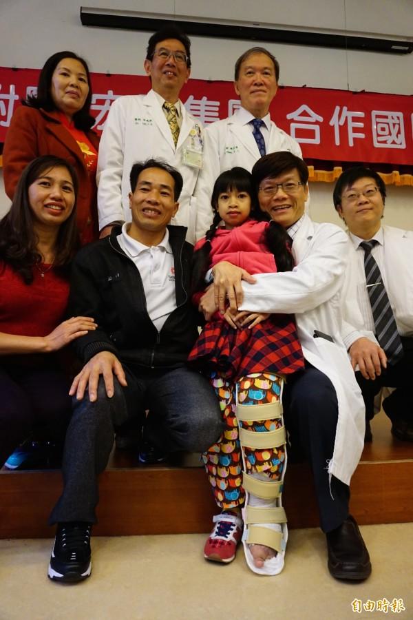 象腿女孩阮氏巒在外科、心臟內外科、麻醉科等跨科整合手術合作治療,救回性命,逐漸恢復健康能走了,一旁爸爸開心不已。(記者蔡淑媛攝)