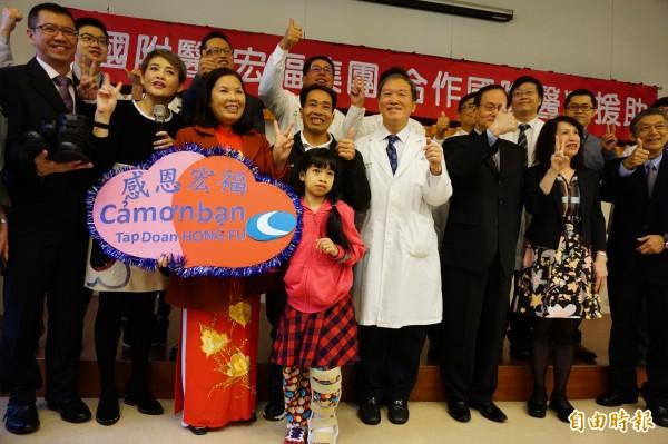 象腿女孩阮氏巒在台商金援、中國附醫團治療等多方協助下恢復健康也能行走了。(記者蔡淑媛攝)