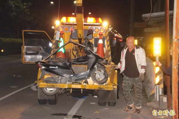 林男撞上消防栓慘死,機車受損嚴重。(記者陳彥廷攝)