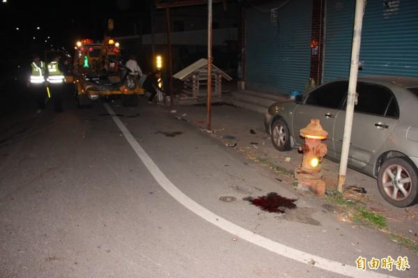 林男撞上消防栓慘死,地上滿是血跡。(記者陳彥廷攝)