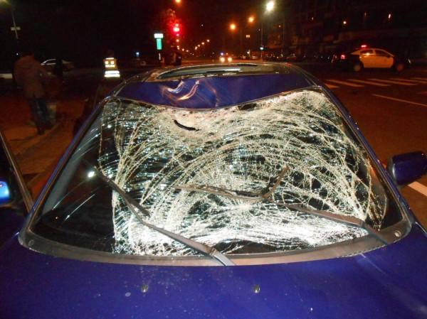 吳男撞上轎車擋風玻璃後摔落地面,重傷昏迷送醫搶救中。(記者陳文嬋翻攝)