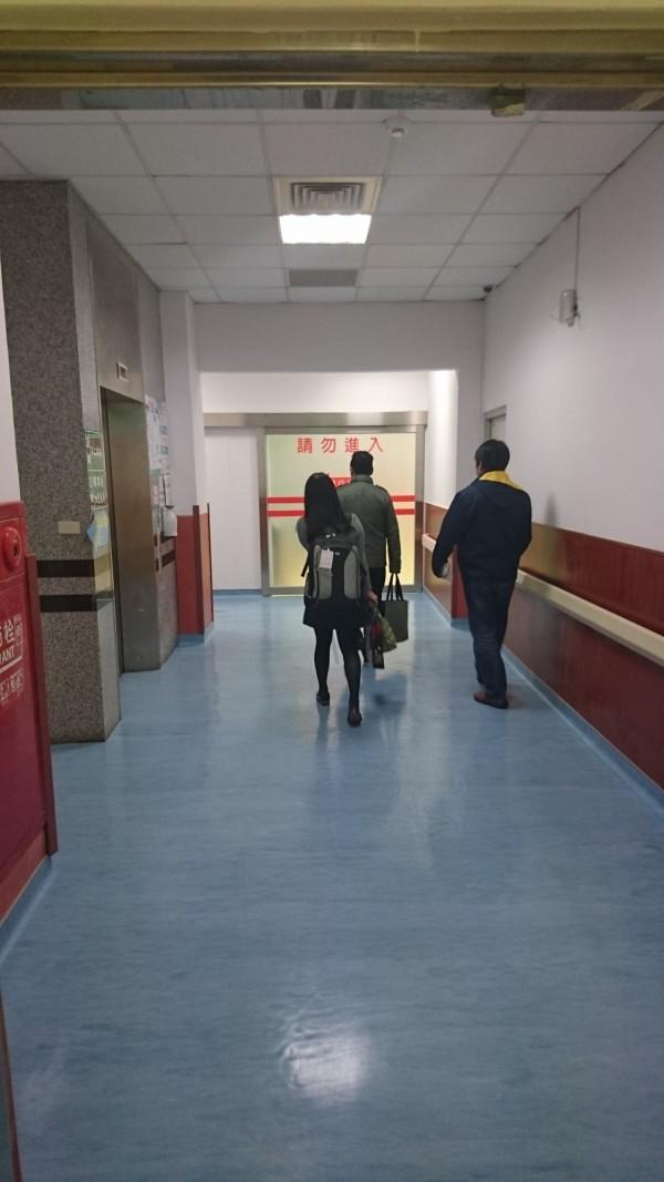 檢察官率同書記官,前往衛福部澎湖醫院偵訊陳家長女。(記者劉禹慶翻攝)