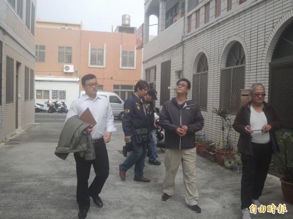馬公民宅傳出5女密室自殺,檢警在現場多方蒐證訪談鄰居親友。(記者劉禹慶攝)