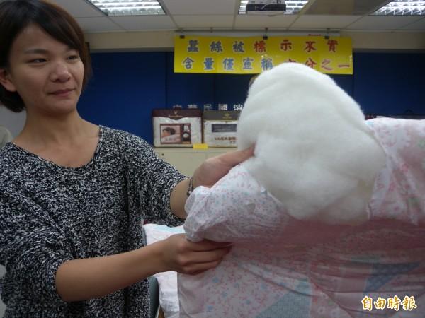 消基會和標檢局檢驗市售蠶絲被,發現一款中國製蠶絲被外包裝標示蠶絲30%,但實際僅占5%。(記者吳亮儀攝)
