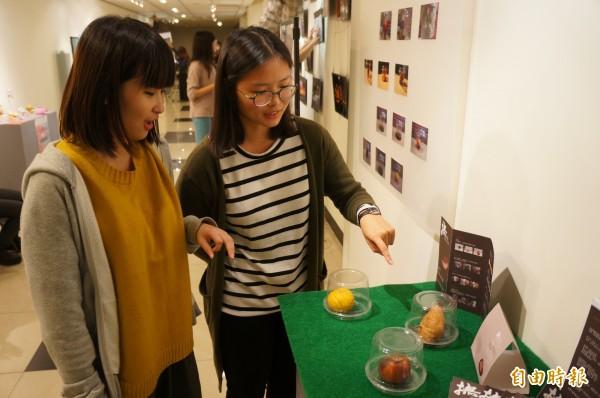 弘光科大學生策展擺出爛蘋果,強調生命過程與自然界的循環。(記者張軒哲攝)
