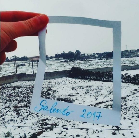義大利南方薩蘭托半島的溫暖海灘,近日下起異常大雪,引起擔心末日降臨。(圖擷自instagram withsilvia_  )