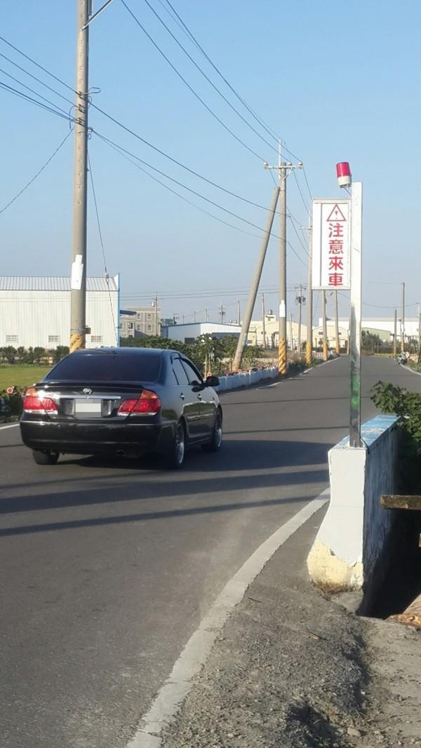 感應式路口預警設施標示「注意來車」警示標語。(記者張聰秋翻攝)
