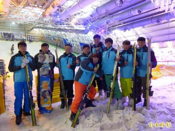 新竹縣明新科技大學運動管理系今早與產業界結盟,將整合國內滑雪運動資源,開設全台首創唯一的滑雪課程,讓初次體驗滑雪的學生們興奮尖叫。(記者廖雪茹攝)