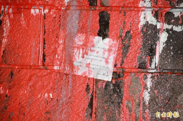 噴漆者在基座上貼上字條,內容敘述蔣經國是特務頭子等言語,並署名實踐正義騎士團(記者吳昇儒攝)