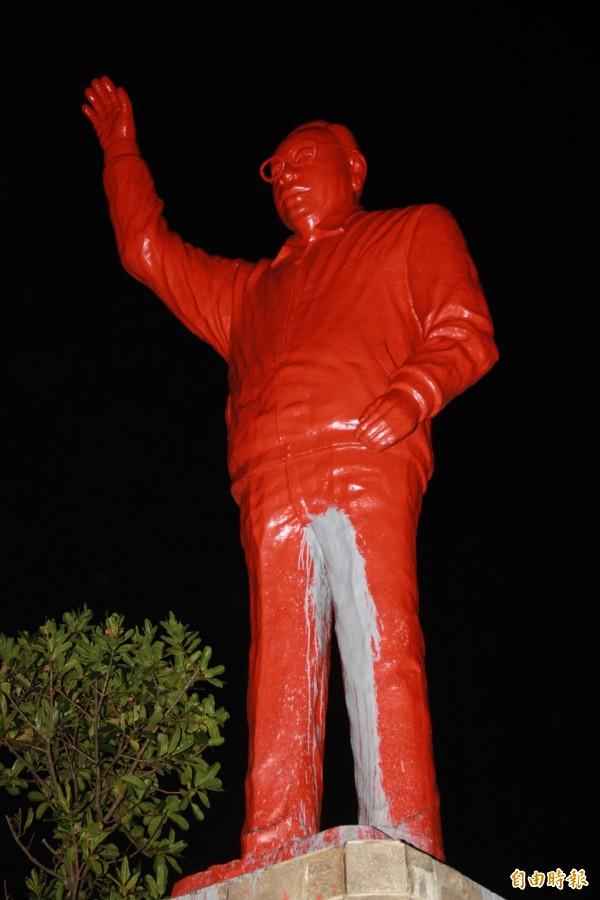 蔣經國銅像被潑滿紅漆(記者吳昇儒攝)