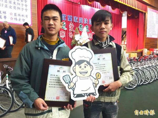 「築夢踏實」的小憲(左)與「堅毅守護」家庭的小孟(右)兩兄弟,雙雙獲得宜蘭家扶中心授獎。(記者簡惠茹攝)