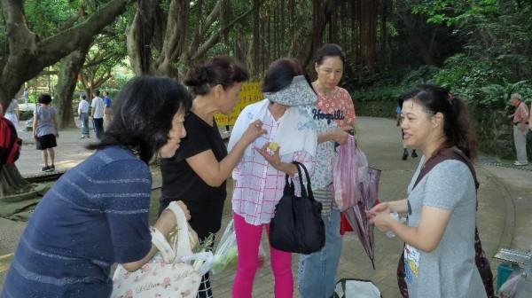 洪年香在公園販售饅頭的情形。(慈濟基金會提供)