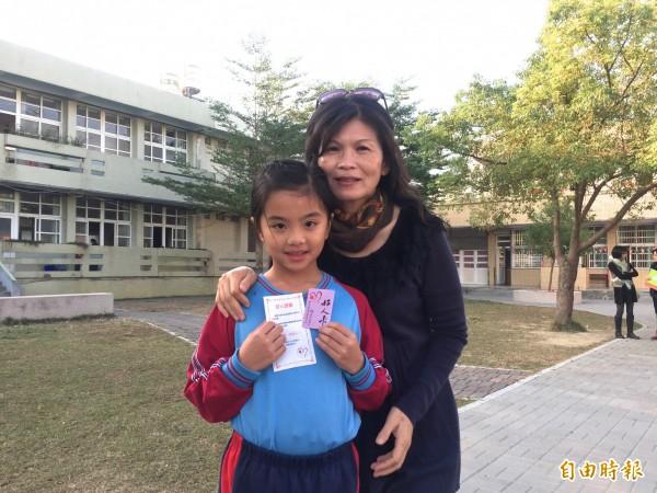 入學時拒學愛哭的張佳婕(左)經過導師王素琴(右)循循善誘,如今變成乖寶寶還捐髮。(記者廖淑玲攝)
