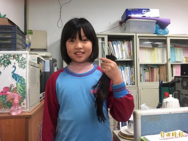 四年級的李佾薰以捐髮為驕傲。(記者廖淑玲攝)