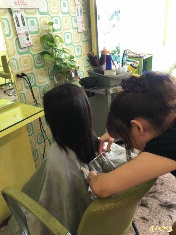 有愛心的美髮師幫孩子剪髮捐髮。(記者廖淑玲攝)