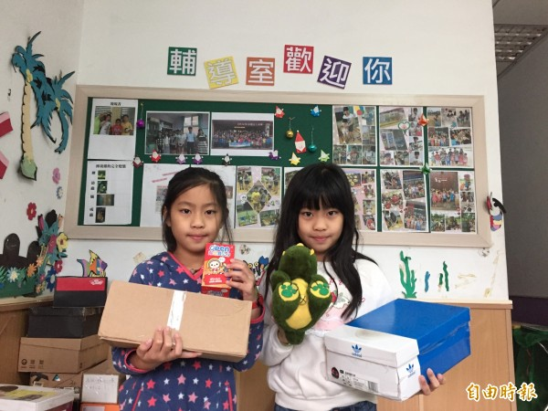 雙胞胎趙偲詠(左)、趙偲捷(右)也響應捐髮。(記者廖淑玲攝)