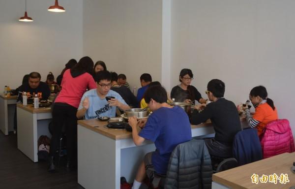 廖倉德受到父母影響,今天中午特地停業,招待30多位台中市自閉症教育協進會肯納夢工廠院生和工作人員吃飯。(記者陳建志攝)