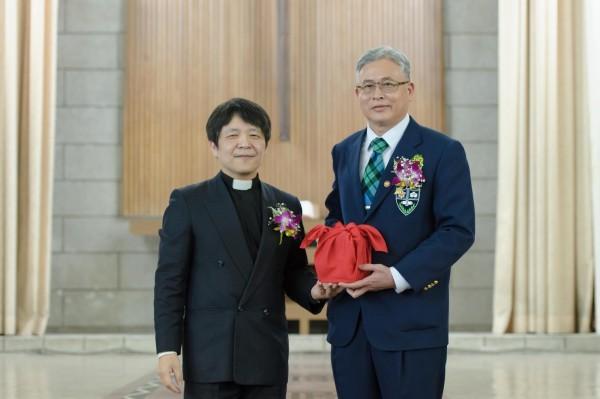 淡江中學新任校長柯賜賢(右)。(學校提供)