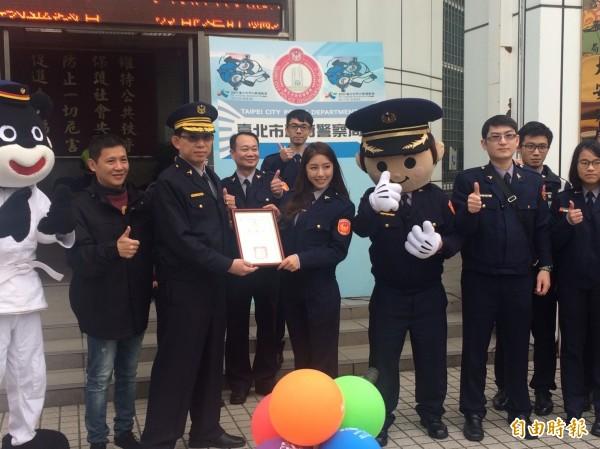 藝人Nono辜莞允(右5)變身鐵馬騎警,擔任宣導預防犯罪代言人。(記者邱俊福攝)