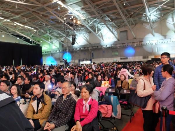 知名企業昨天尾牙台下觀眾多達上萬人,北港國中管樂、大旗隊學生坦言有些緊張。(記者陳燦坤翻攝)