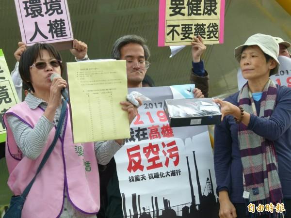 要健康婆婆媽媽團高雄團長洪秀菊(左),說明大林蒲、鳳鼻頭家中灰塵含致癌物質。(記者黃旭磊攝)