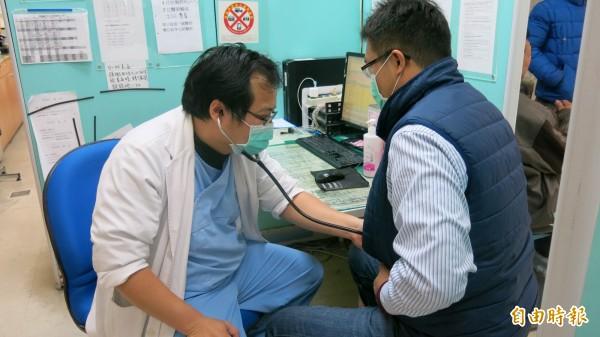 年關將近,諾羅病毒也發威,不少民眾因感染諾羅病毒或感冒等而到醫院就醫。(記者歐素美攝)