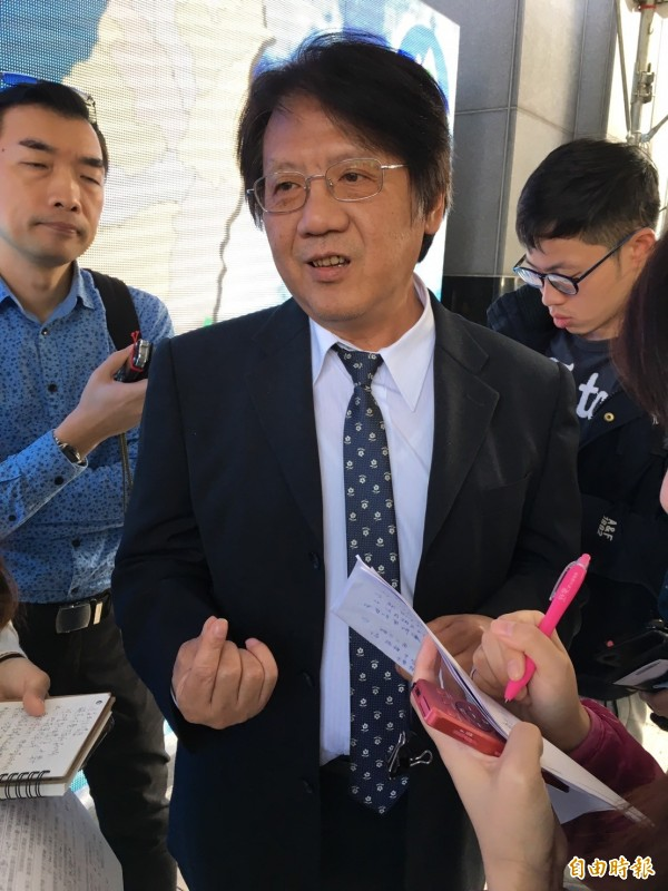 環保署空保處長蔡鴻德日前向媒體解釋泰豐輪胎廠大火污染狀況。(資料照,記者楊綿傑攝)