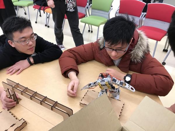 台科大與九州工大學生合作製作能夠執行競走、爬樓梯、跳舞、搬運等指令的雙足機器人。(台科大提供)
