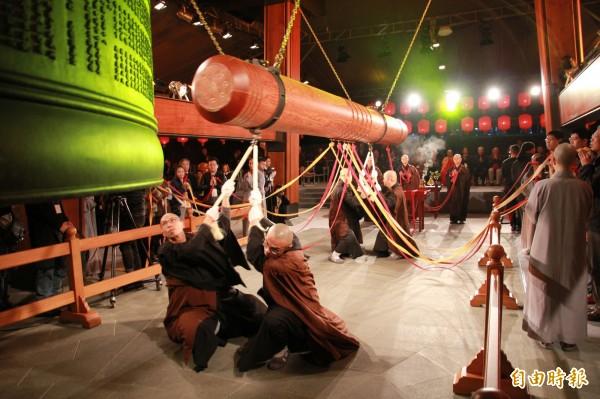 沈重的擊錘為西伯利亞原木製成,一年只使用兩次。(記者吳政峰攝)