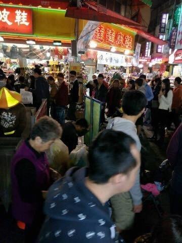 黃姓男子今晚在嘉義市人來人往的文化路夜市下跪「洗門風」,引起許多逛街民眾側目。(翻攝自臉書「綠豆嘉義人」)