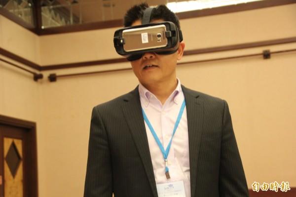 台東縣長黃健庭體驗「Smart School」的虛擬裝置。(記者黃明堂攝)