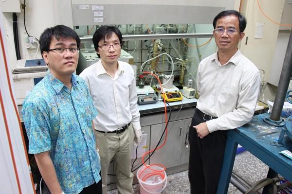 台科大材料系教授郭東昊(右起)與來自中國的博班學生陳孝雲及印尼籍博士後研究員Hairus Abdullah共同合作,研究發現在室溫下透過觸媒反應即可將二氧化碳轉化為甲醇,並且使甲醇轉換產生為氫氣。(台科大提供)