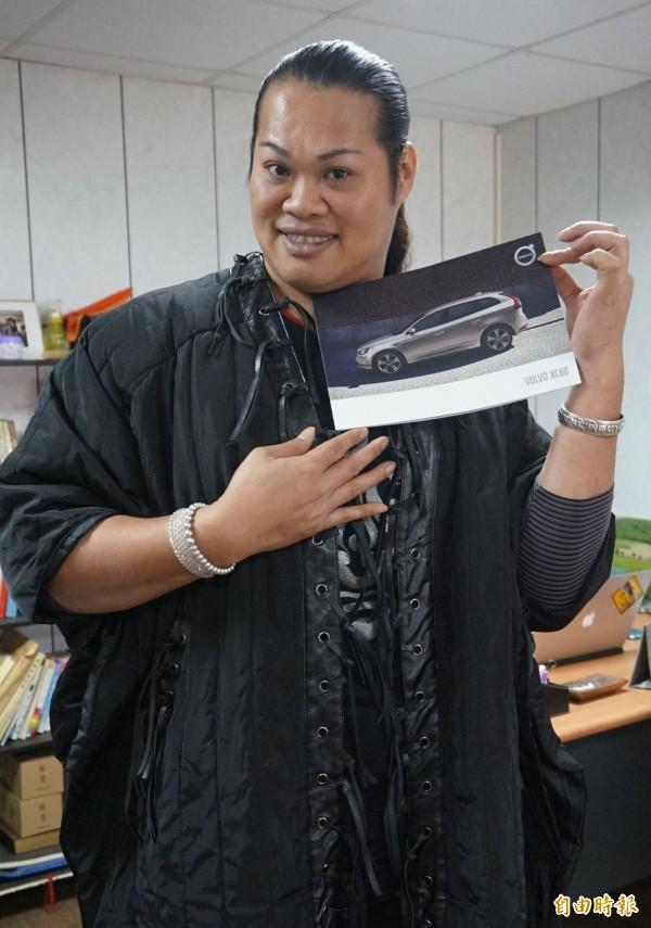 藝人「瑪利亞」陳世旻,克服學習障礙,去年取得碩士文憑,九天民俗技藝團長許振榮特送他車子嘉勉其努力。(記者歐素美攝)