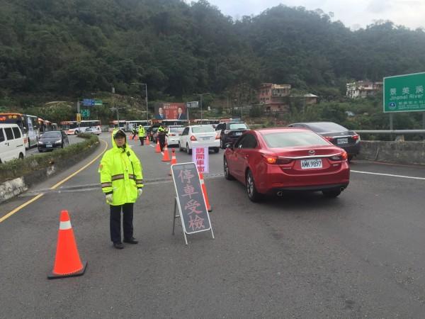 警方前往平溪的路上沿線設置管制站。(記者陳薏云翻攝)