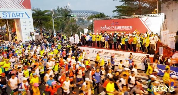2017年高雄國際馬拉松今清晨開跑。(記者方志賢攝)