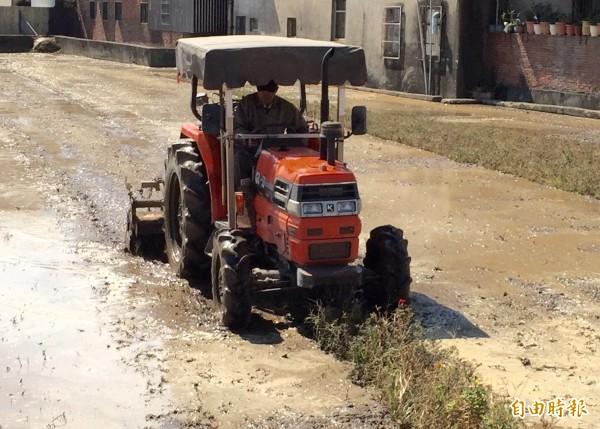 新竹縣境內有不少農田由專業的代耕者代為耕作,如圖的打田機,代耕者說少說都要近200萬。(記者黃美珠攝)