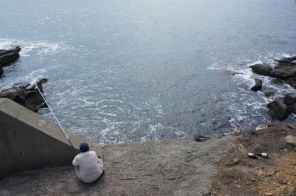 劉姓老翁在保育區內釣魚,熱心民眾向海巡人員舉報。(記者吳昇儒翻攝)