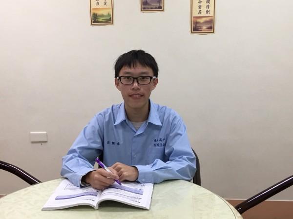 台北市私立東山高中高二生的劉騏偉,跳級參加學測,考取71級分的好成績。(圖由東山高中提供)