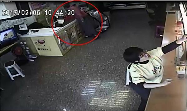 陳男穿著紅色外套行竊馬上就被警方認出。(記者王捷翻攝)