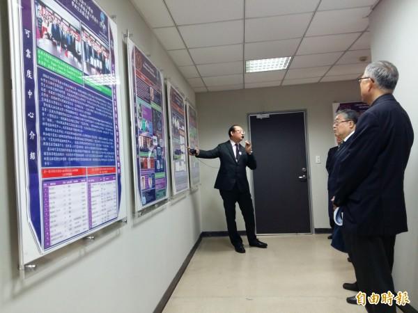 長庚大學可靠度中心正式成立,主任陳始明導覽中心設備。(記者鄭淑婷攝)