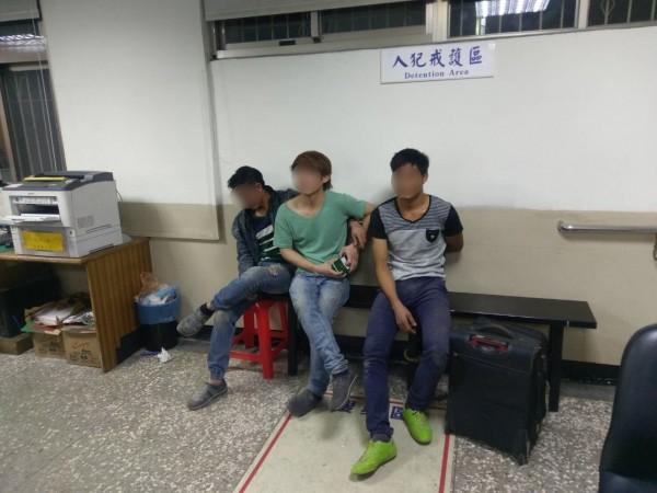 范姓、黎姓與阮姓等3名越南籍逃逸外勞因與民眾口角,反倒被揪出逃逸外勞身分。(記者吳仁捷翻攝)