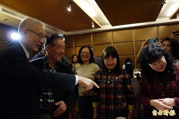 前副總統吳敦義今晚參加國民黨新北市黨代表餐敘,現場氣氛熱絡。(記者葉冠妤攝)