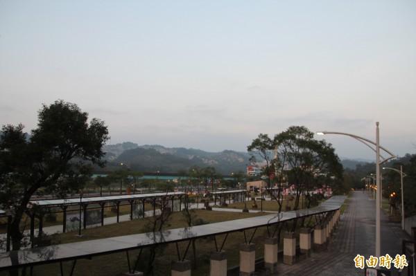 郝龍斌2014年拆除Zoo mal,現況為使用率低的廣場綠地。(記者鍾泓良攝)