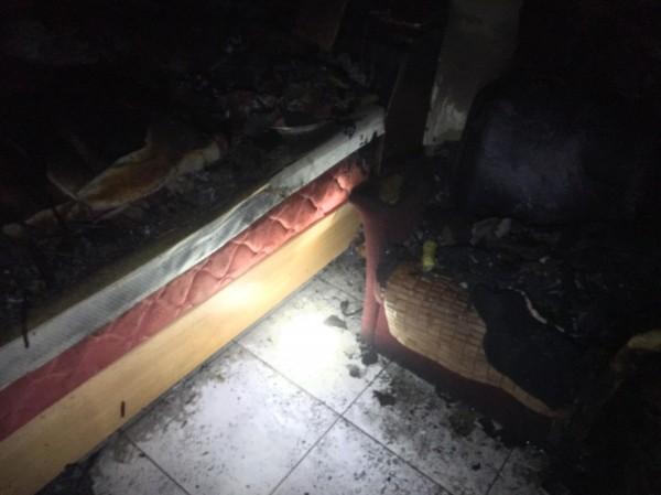桃園龜山民宅火警,一樓臥室幾被燒毀。(記者鄭淑婷翻攝)