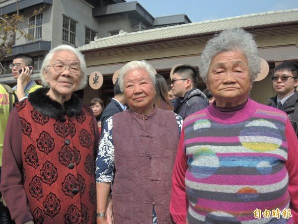 洪陳乖(左起)楊賴鳳和簡玉春阿嬤一起參加舊站啟用典禮。(記者翁聿煌攝)