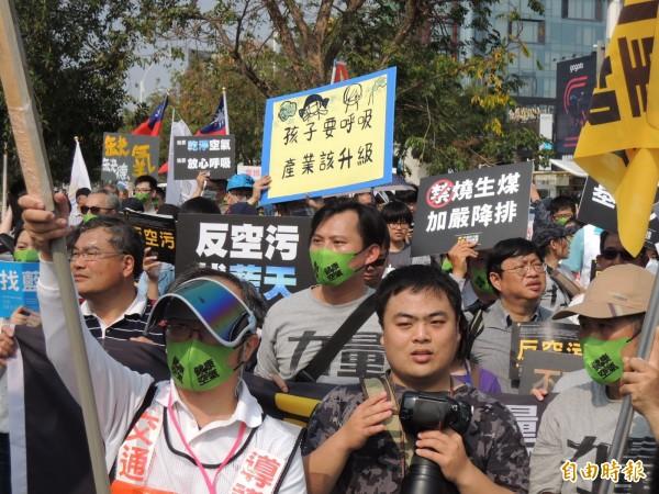 時代力量主席黃國昌走在遊行隊伍中。(記者王榮祥攝)