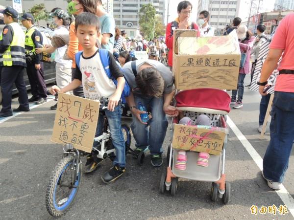 孩子單車前掛牌「我7歲、我不要過敏」。(記者王榮祥攝)