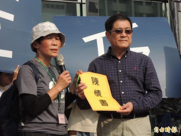 經濟部次長楊偉甫。(右)代表政院接下陳情書。(記者王榮祥攝)