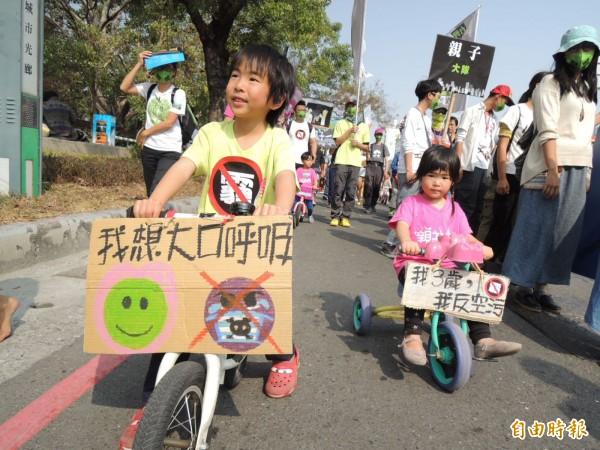 小孩騎單車參與遊行。(記者王榮祥攝)